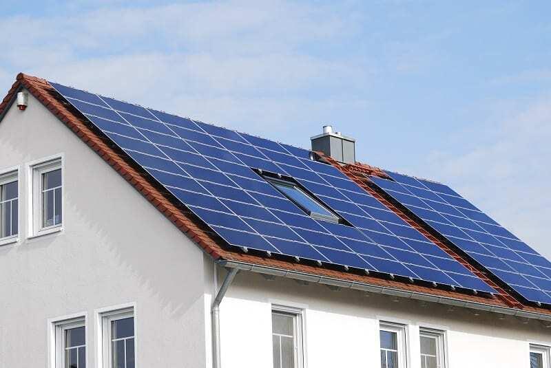 Panele fotowoltaiczne na skośnym dachu